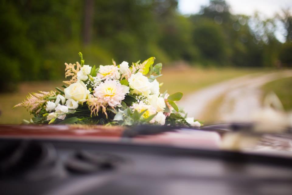 fleurs voiture mariés